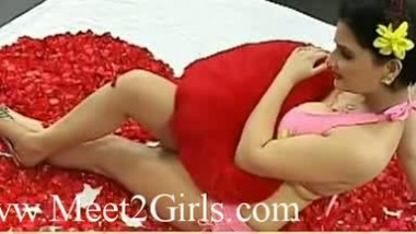 Hot indian girl show the body