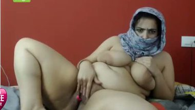 Bangladeshi chubby aunty playing with her boobs